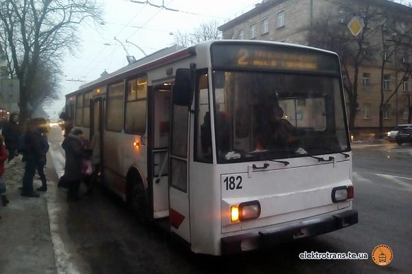 В Тернополі пенсіонерка, виходячи з тролейбуса, зламала руку