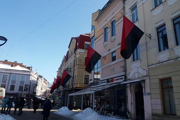 Центральні вулиці Тернополя замайоріли гігантськими червоно-чорними прапорами (Фотофакт)
