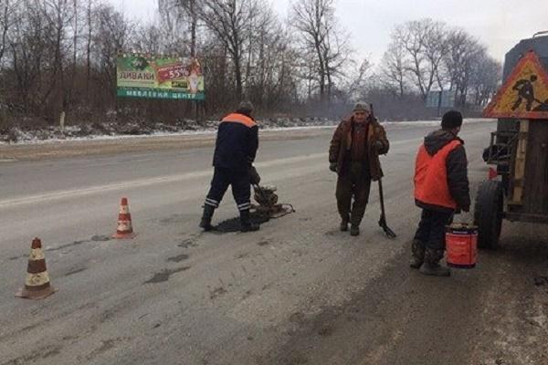 На дорогах області триває ліквідація аварійної ямковості