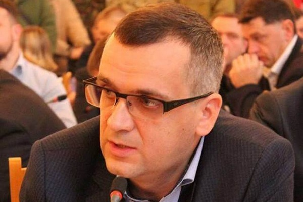 Чоловіка, який у Тернополі напав на екс-депутата Турського, офіційно подали у розшук