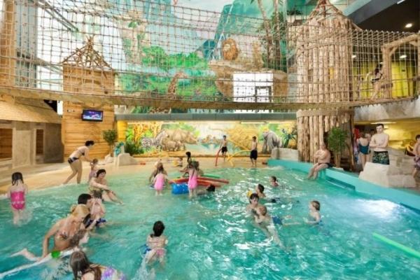 Смертельні розваги: у київському аквапарку частину даху впала на дитину