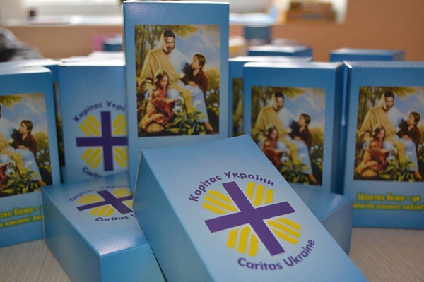 «Карітас» роздає паперові скриньки для збору пожертви на «Великодній кошик» для потребуючих