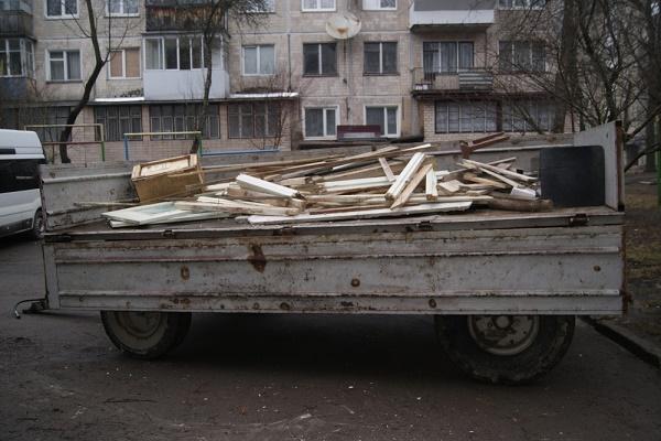 На «Східному» прибирають підвали в багатоповерхівках