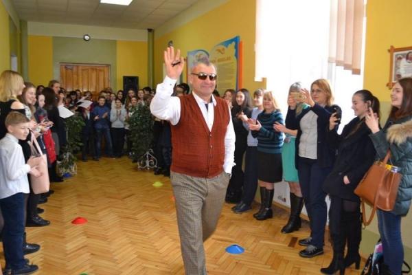 Директор тернопільської школи шокував учнів своєю зачіскою (Фото)
