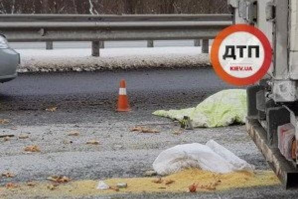 На трасі Київ-Чоп колесо вантажівки вбило жінку