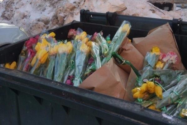 Після 8 березня в Києві з'явилося звалище квітів