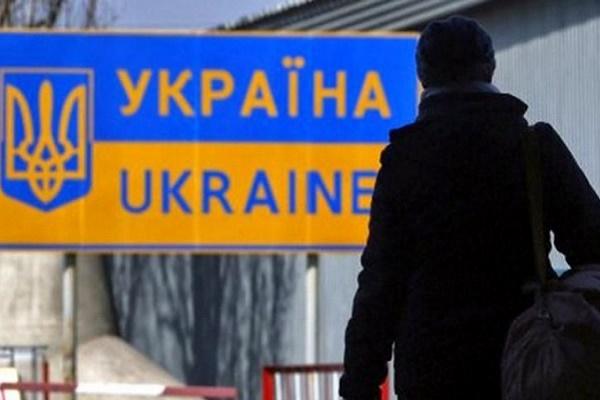 Житель Бучача намагався переправити в Україну зі США дуже дорогу холодну зброю