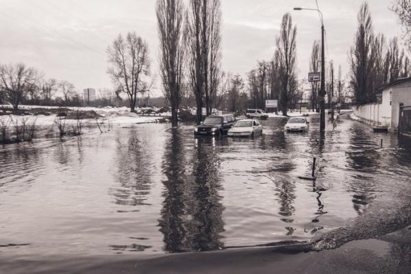 У Києві затопило вулицю Фанерну на лівому березі