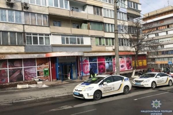 У центрі Києва жінка отримала вогнепальні поранення у магазині (Фото)