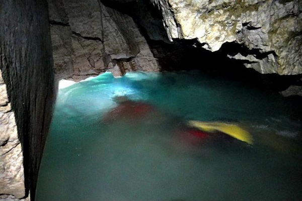 Екскурсія для екстремалів: на Тернопільщині запрошують покупатися в підземному озері
