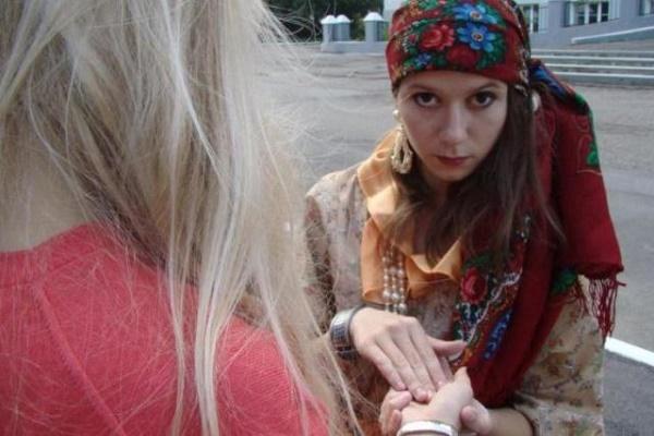 На Кременеччині за «зняття поробів» жінка віддала шахрайці чималу суму