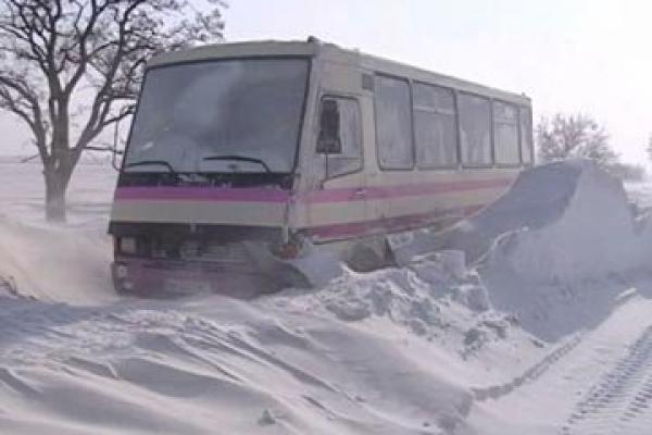 На Тернопільщині автобус з пасажирами застряг у сніговому заметі