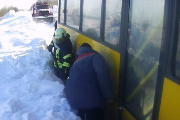 В Бучацькому районі в снігу застряг рейсовий автобус