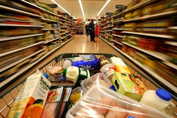 У Тернополі місцеві жителі показали, що робиться на полицях супермаркетів (Відео)