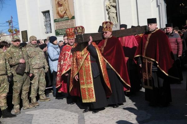 Грандіозна Хресна дорога: кількатисячна колона вірян пройшла від Катедри головними вулицями Тернополя (Фоторепортаж)