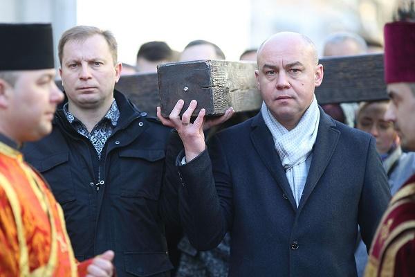 Очільник Тернополя Сергій Надал взяв участь у найбільшій у Тернополі Хресній дорозі