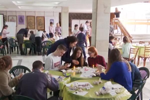 У Тернополі півсотні дітей-сиріт взялися малювати крашанки для Папи Римського (Відео)