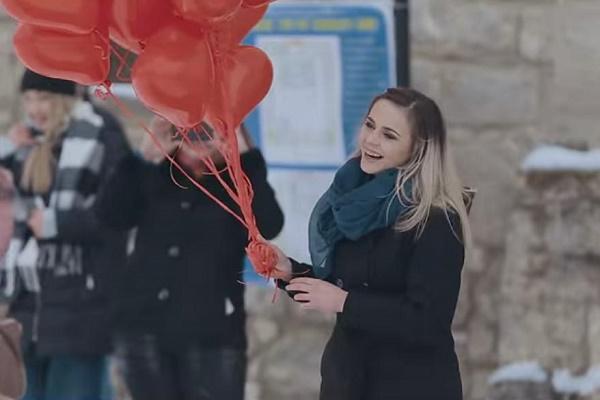 Тернополянин влаштував у Збаразькому замку оригінальне освідчення коханій дівчині (Відео)