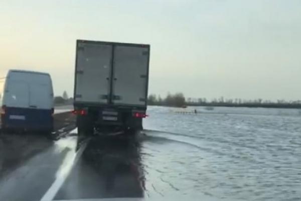 Траса з Києва до Харкова перетворилася на річку: приголомшливі відео