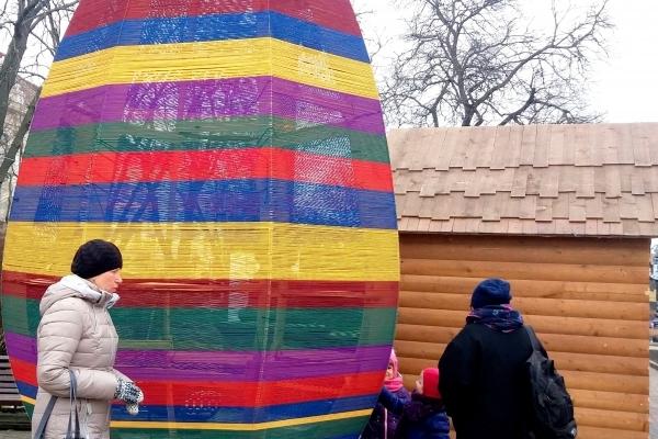 У центрі Тернополя готуються до відкриття Великоднього ярмарку (Фотофакт)