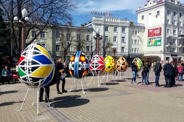 На Театральному майдані в Тернополі розфарбували 12 гігантських писанок (Фото)