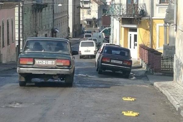 У Бережанах мешканці самостійно встановили на дорозі обмежувальні паркувальні бар'єри