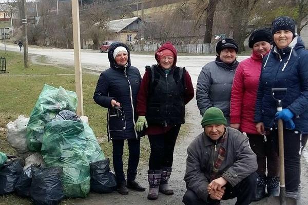 Жителі Шумської об'єднаної громади прибирають свої містечка і села до Великодня