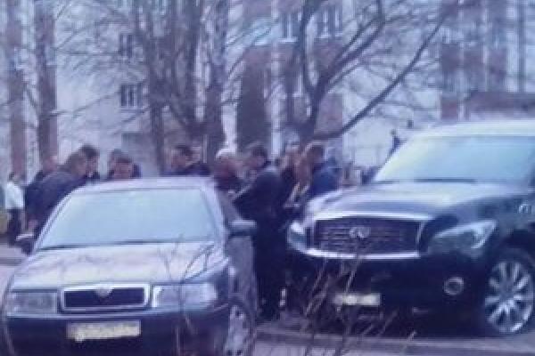 «Бляхарі» проти поліції: у Тернополі десятки молодиків не дали силовикам забрати дороге Infiniti (Відео)
