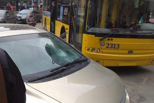 В Києві на Майдані пасажири тролейбуса жорстоко покарали «героя парковки»