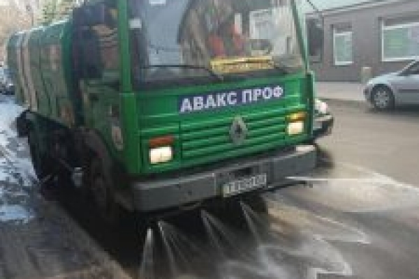 Поливальна машина від «Авакс Проф» вже працює на вулицях Тернополя