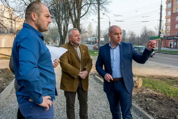 Під час традиційного об'їзду міста, очільник Тернополя Сергій Надал оглянув стан проведення ремонтних робіт на вулиці Симоненка
