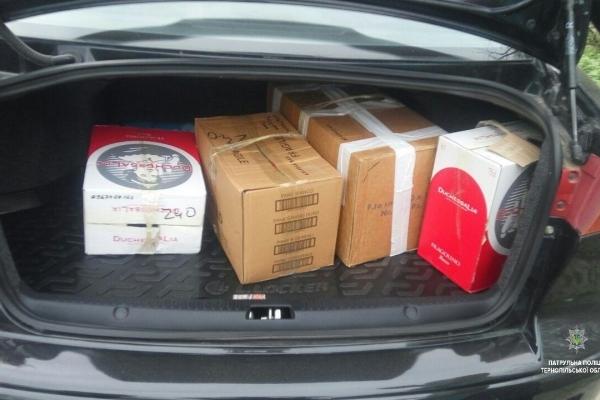 На Тернопільщині поліцейські зупинивши автомобіль, виявили в багажнику сурогатний алкоголь
