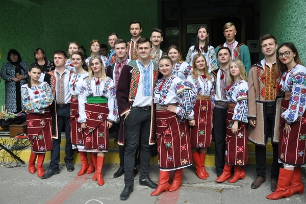 На подвір'ї Тернопільської бібліотеки співали, танцювали – і всі з «Намиста» (Фото)