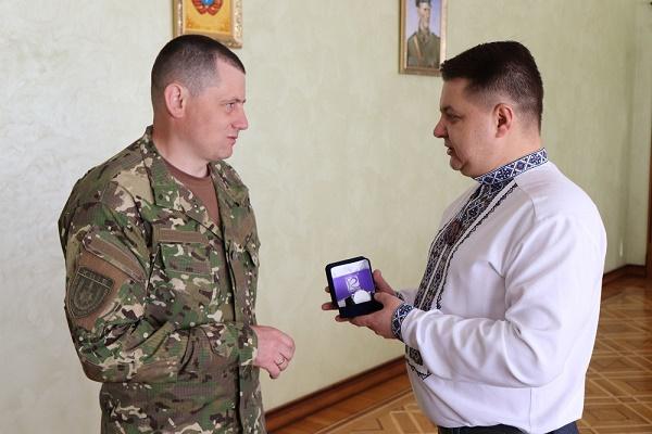 Голова Тернопільської обласної ради Віктор Овчарук вручив відзнаку захиснику України