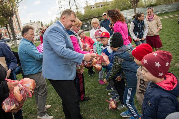 На проспекті Злуки у Тернополі встановили вуличні тренажери