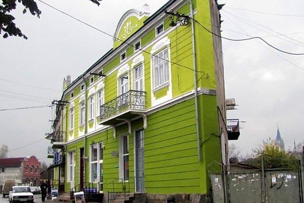 Будинок-стіна: Плоска споруда у Чорткові