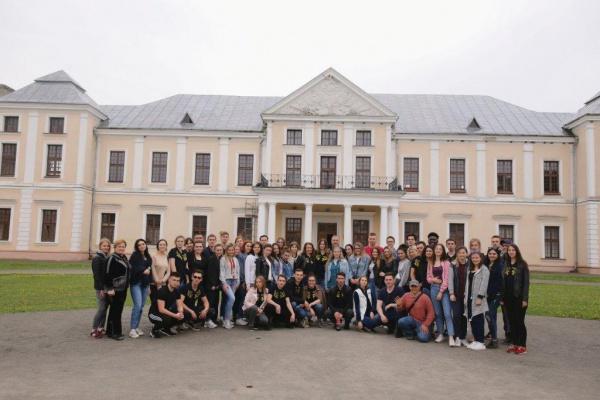 Сміття з території Вишнівецького палацу прибирала майже сотня студентів тернопільського вишу