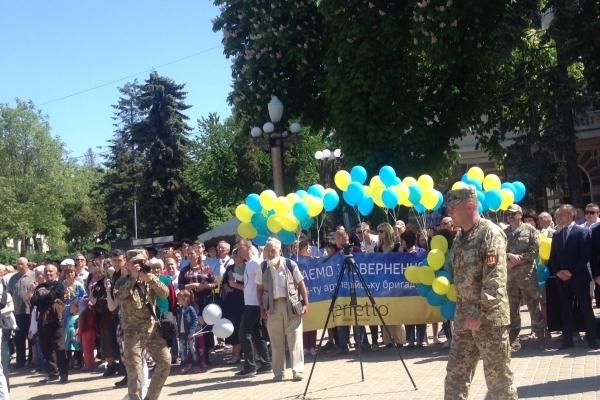 «Героям слава!» – на вулицях Тернополя військових на марші вітають школярі (Фото, відео)
