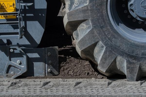 Дорожники Тернопільщини вже вклали 6 кілометрів нижнього асфальтобетону на трасі М-12 (Фото)