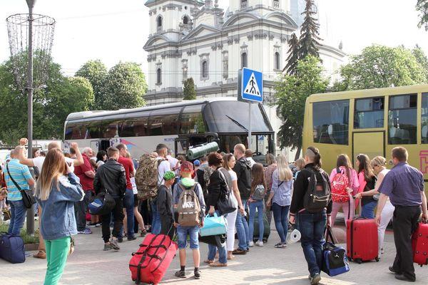 З Тернополя до Карпат відправили дітей учасників АТО (Фото) bc77e2e53dce7