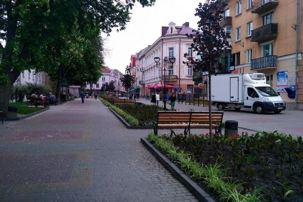 Розпочалися роботи з облаштування клумб у центрі Тернополя