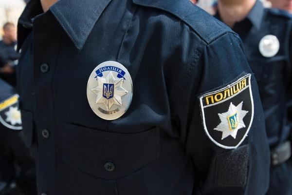 В Тернополі копи врятували життя чоловікові, який біля церкви перерізав собі шию (Відео 18+)