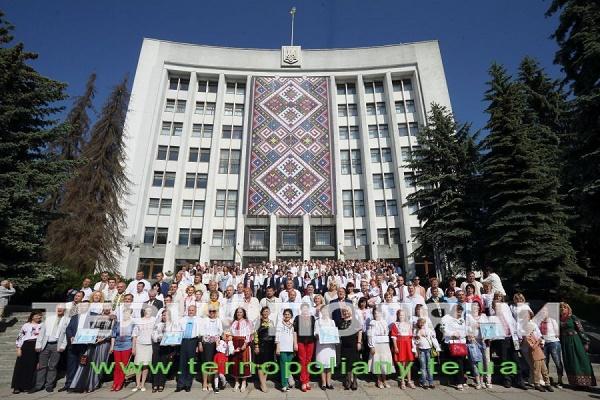 У Тернополі на сходах «білого дому» 350 депутатів встановили «вишиванковий» рекорд (Фото)