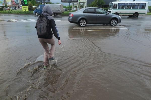 Тернополяни йдуть вбрід, а машин «накрило» водою: одні з головних вулиць міста потопають від дощу (Фоторепортаж, Відео)