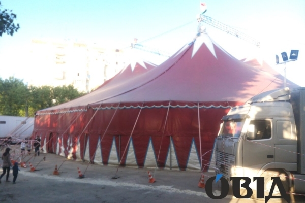 У Тернополі в парку імені Т. Шевченка мандрівний цирк нищить асфальт (Фото)