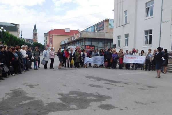 На Тернопільщині вчителі вийшли на акцію протесту (Фото)