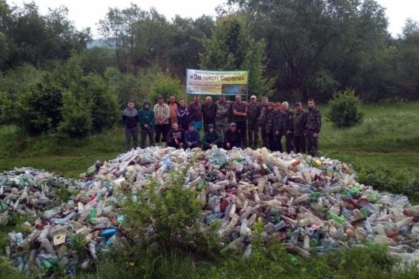 Гори пластикових пляшок: тернопільські волонтери показали шокуючі фото з Дністра