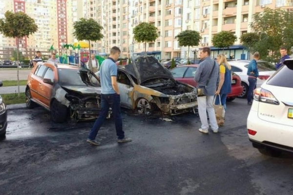 У Києві на очах у копів небезпечна банда підпалила депутатське авто