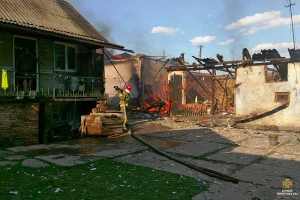 На Тернопільщині горіла господарська будівля та гараж (Фото)