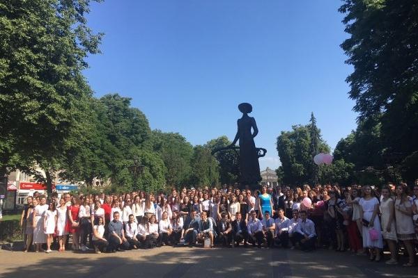 В Тернопільському музучилищі свято останнього дзвоника відбулося біля пам'ятника Соломії Крушельницькій (Фото)